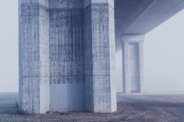 tåkelagt bru i betong