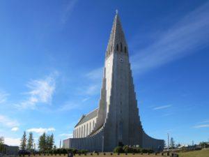 Hallgrimskirkja i Reykjavik er et av mange fascinerende betongbygg