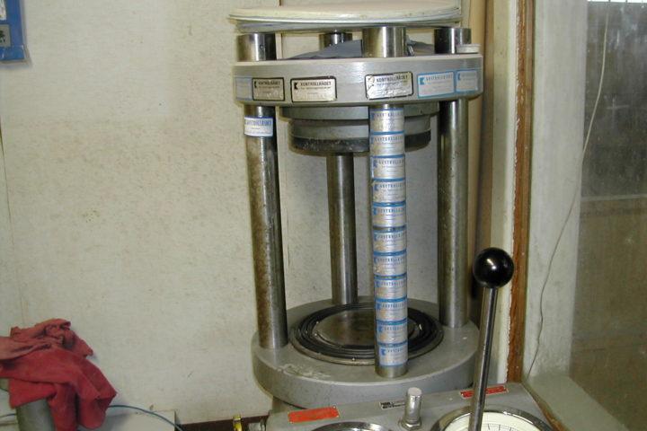 Trykkpresser for prøving av betong – Krav til nøyaktighet og stabilitet